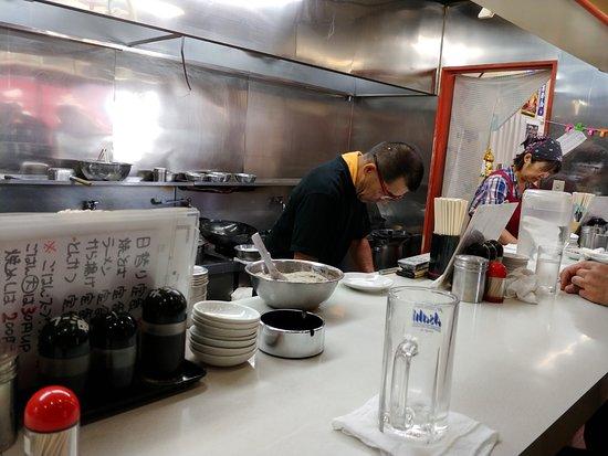 Sanju: カウンター席から厨房を見る。