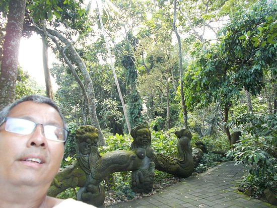 Sacred Monkey Forest Sanctuary: Near one of the small temples in the Forest (with some sculptures seen behind me)