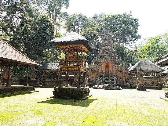 Sacred Monkey Forest Sanctuary: The grounds of one of the small temples (seen from outside the temple)
