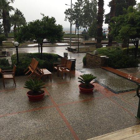 Palmet Turkiz Hotel: Было ОЧЕНЬ тепло, местами жарко для мая. Но и дождь прошёл!