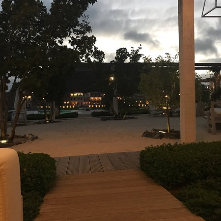 Shenanigans Restaurant & Beach Club: Bar section is comfortable and Rolanson the bartender is extremely knowledgeable and friendly.