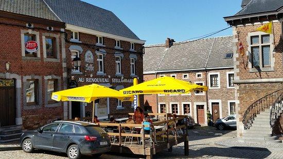 Cafe Au Renouveau: Place de la Halle à Clermont vue de la terrasse de Blanche