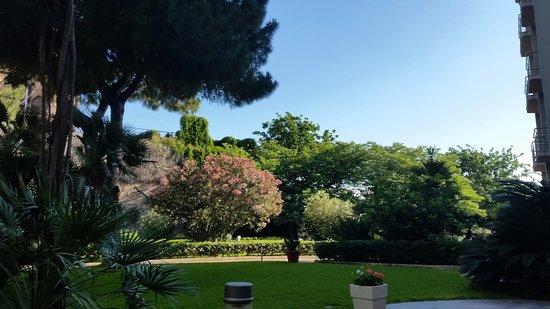 NH Palermo: 花が咲く庭