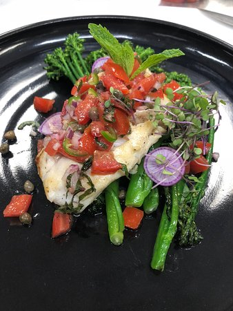 St. Paul, Canadá: Pan seared Haddock with local greens and fresh salsa
