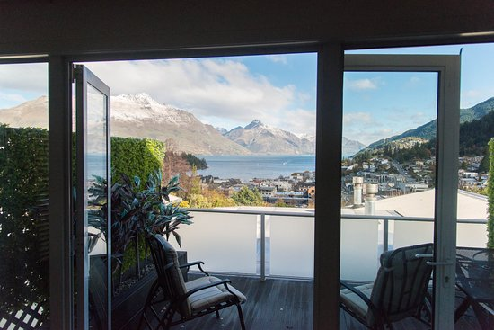 Queenstown House Boutique Bed & Breakfast & Apartments: 3 Bedroom Apartment balcony from the room