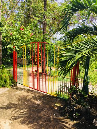Judy House Cottages and Rooms : Private entrance for fenced and gated property with 24/7's security. No curfew, gate key supplie