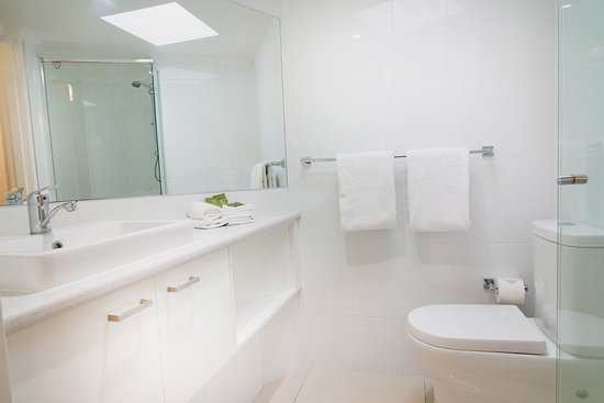 Ocean Breeze Resort : 2 Bedroom Superior Apartment Bathroom