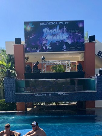 Breathless Punta Cana Resort & Spa : DJ area in front of 1 of the swim up bar