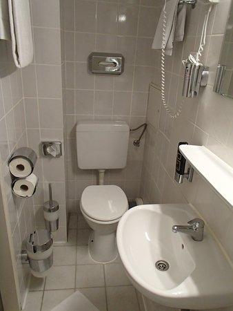 Münchener Hof Hotel: Bathroom in Hotel Munchner Hof
