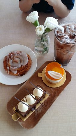 Madeleine Cafe & Patisserie : Cakes and pastry