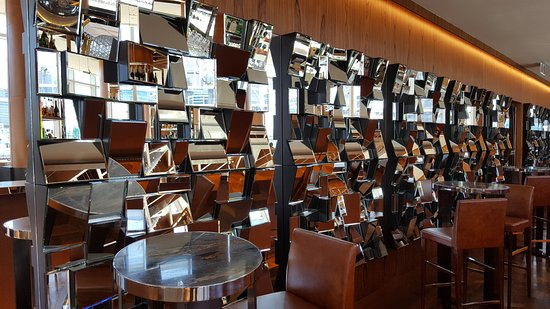 Sofitel Sydney Darling Harbour: Mirrors in seating area of champagne bar
