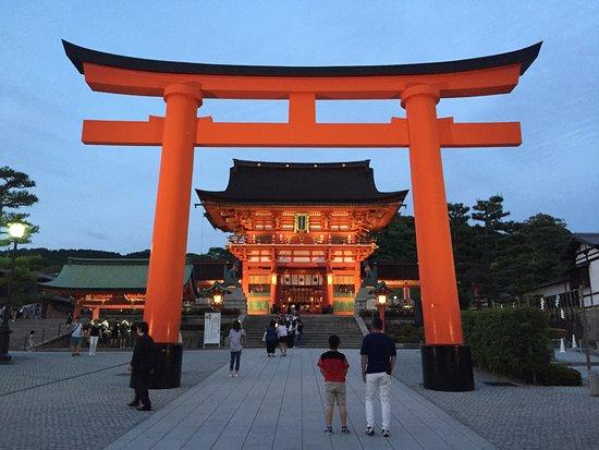 ศาลเจ้าฟูชิมิ อินาริ: The entrance to the shrine