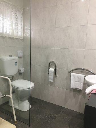 Glider City Motel: Disabled Bathroom - Toilet area