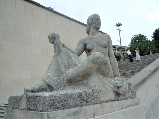 Statue Pomone: La sculpture sur son socle