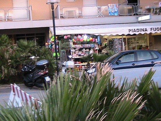 Italy in Miniature: Один из магазинчиков курортных товаров в Римини