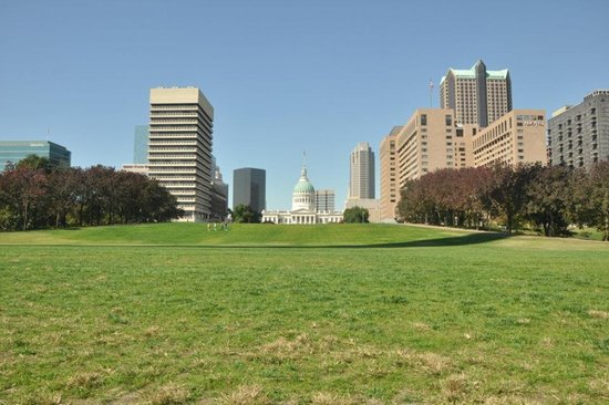 The Gateway Arch : The park near the arch