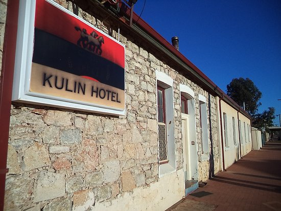 Kulin, ออสเตรเลีย: side street entrance with a good IGA just next door