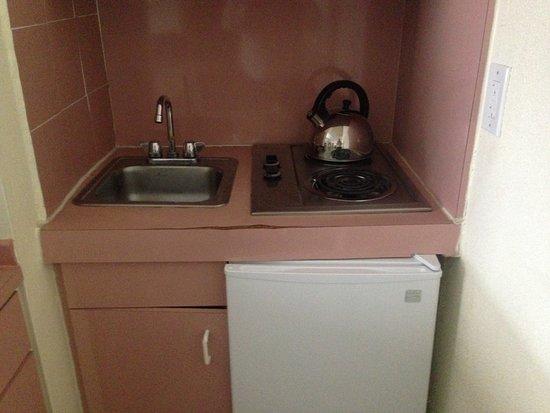 Crystal Beach Suites Oceanfront Hotel: Еще кухонька: холодильник, посудомойка, кофеварка, тостер, электроплита, микроволновка.