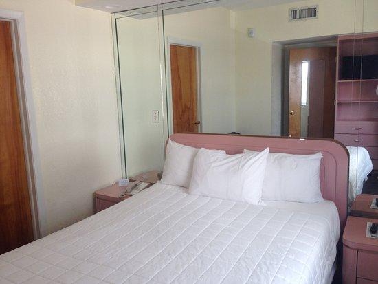 Crystal Beach Suites Oceanfront Hotel: кухонька