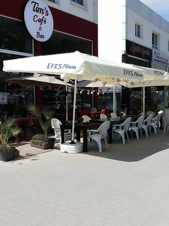 Ozankoy, Chipre: Lots of outside seating to enjoy the sunshine
