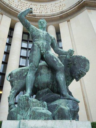 Statue Hercule domptant un Bison