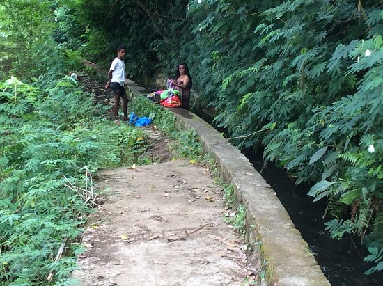 Murondao Waterfall: Locals doing their washing