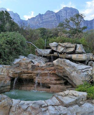 The Twelve Apostles Hotel and Spa: plunge pool and sunbathing deck