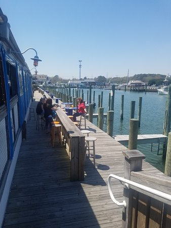 Harborside Bar and Grill : Outside seating on the doc