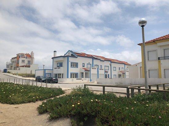 Surfness Lodge: La surf house vista dalla spiaggia