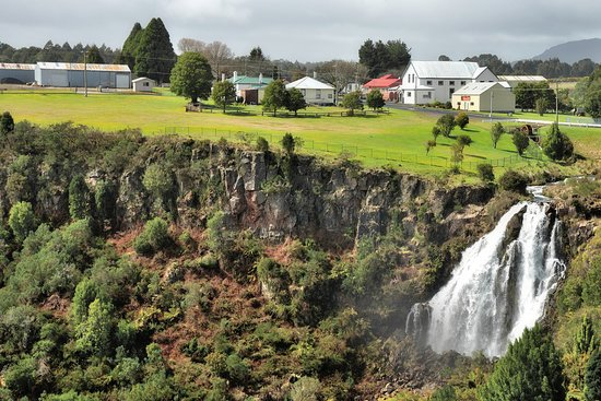 Bischoff Hotel: Beautiful falls in the centre of town