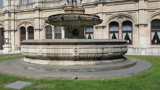 Opernbrunnen