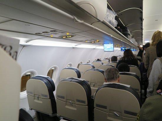 Druk Air: ที่นั่งจะนั่งแถวละ3คน มีทางเดินระหว่างช่องกลางครับ