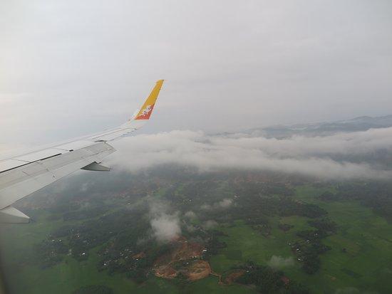 Druk Air : เครื่องบินเริ่มลดระดับลงมาจนพอมองเห็นภูมิประเทศของKolkata (กัลกัตตา)บ้างแล้วครั