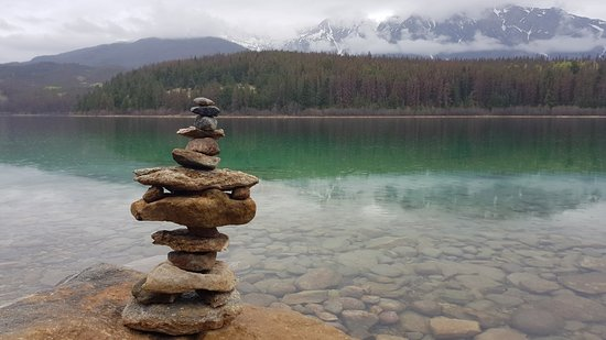 Patricia Lake Bungalows Resort: lake patricia and my rock stack