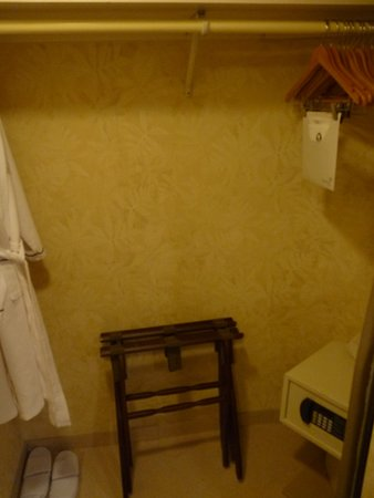 Outrigger Waikiki Beach Resort: Closet with safe in the bathroom