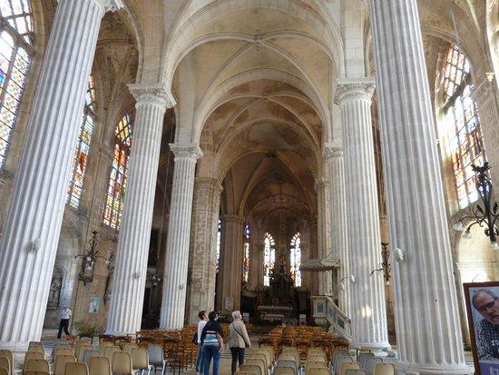Eglise Saint-Michel: vue de la nef centrale ; on remarque les traces d'infiltrations sur les voûtes