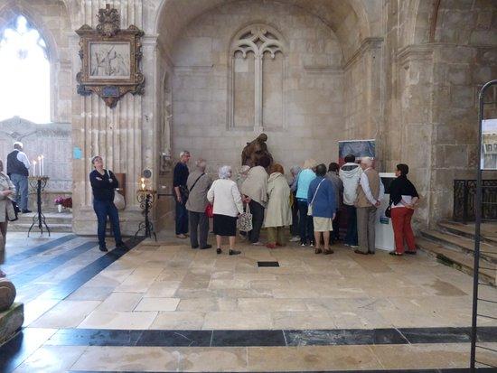 Eglise Saint-Michel: la sculpture est très entourée