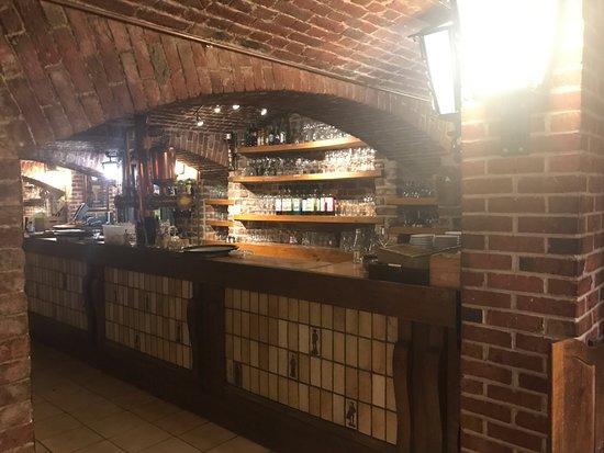 La Cave d'Hippolyte: le bar en sous sol