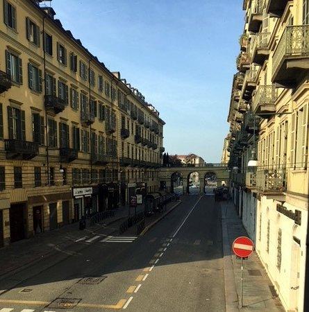 Hotel Napoleon Torino : Fermata autobus e tram.