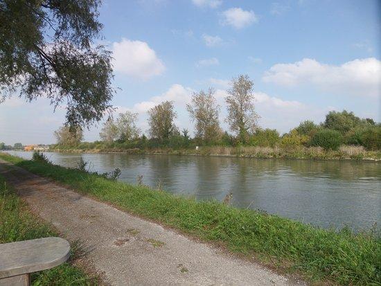 Aire-sur-la-Lys, Frankrike: Le long du canal de Neuffossé