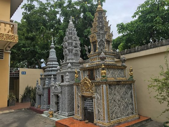 Wat Langka: Small temples but all of them are locked