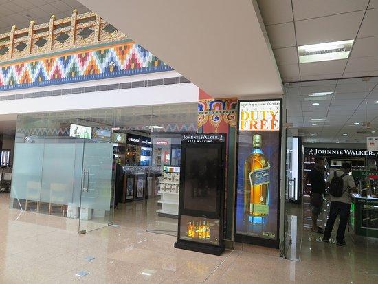 """Bhutan Airlines: """"ดิวตี้ฟรี""""ของสนามบินแห่งนี้ครับเล็กๆ ครับ"""