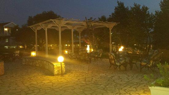 Kefalos Greek Cuisine & Bar: Een drankje drinken onder de pergola