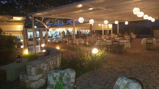 Kefalos Greek Cuisine & Bar: Rechterkant van het restaurant