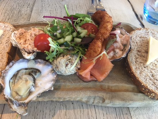 The Jolly Fisherman Pub: Magnificent fish platter (note oyster)