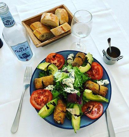 Deuz restaurant: Salade Deuz au poulet pané, bleu d'Auvergne, tomates et avocat