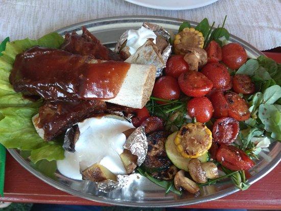 Jaszbereny, Hungria: BBQ marhaoldalas burgonyával paradicsommal salátával