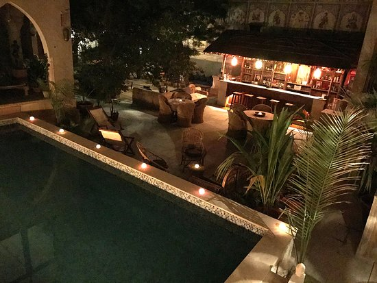 Le Prince Haveli - French Homestay: Piscine et Bar