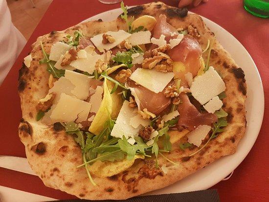 Pizzeria Le Divine: Speck, scaglie di Grana, noci, chips di patate e rucola