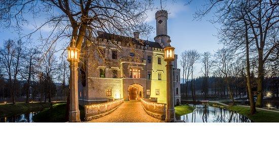 Hotel Zamek Karpniki: Zamek wczesną wiosną